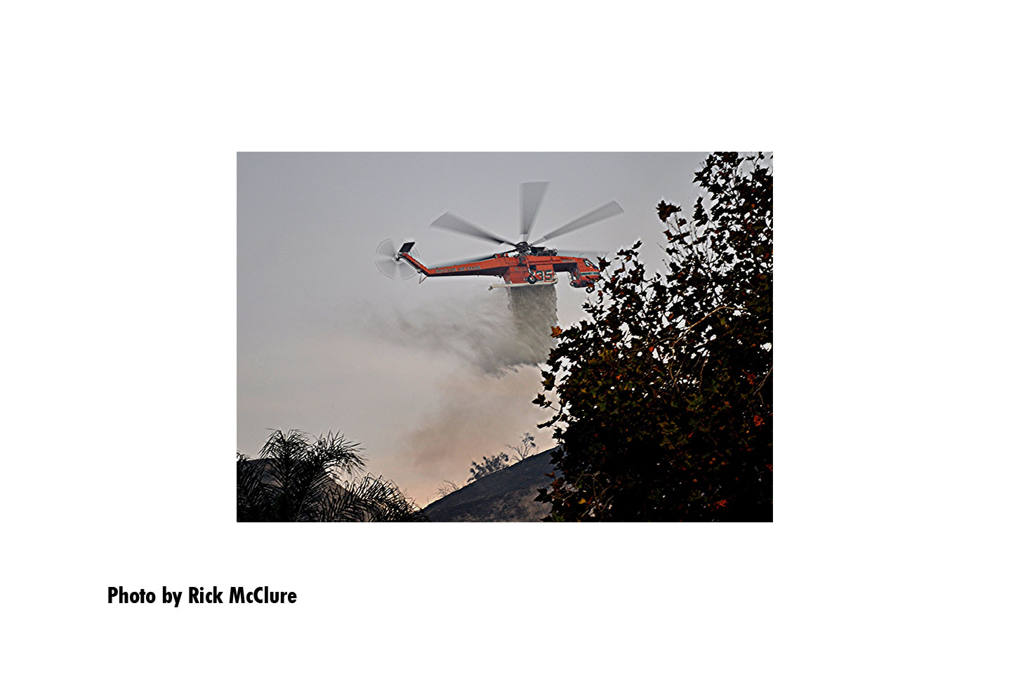 A helicopter makes a drop on the Tick Fire
