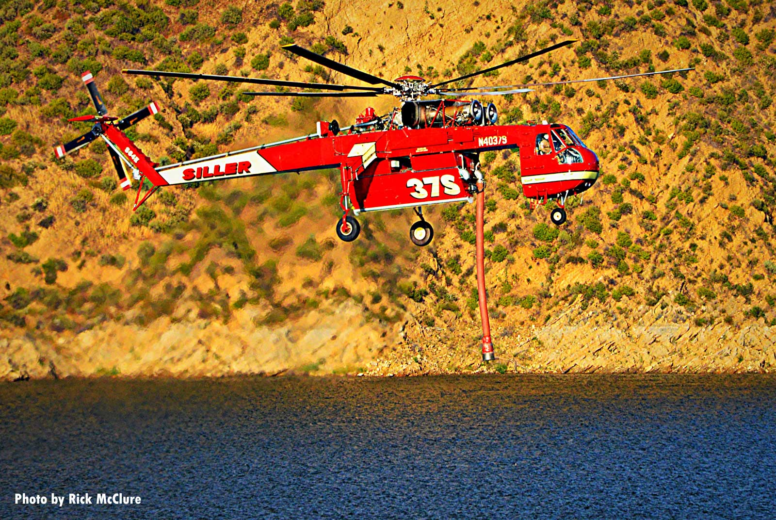 Helicopter at the Lime Fire descends toward water source