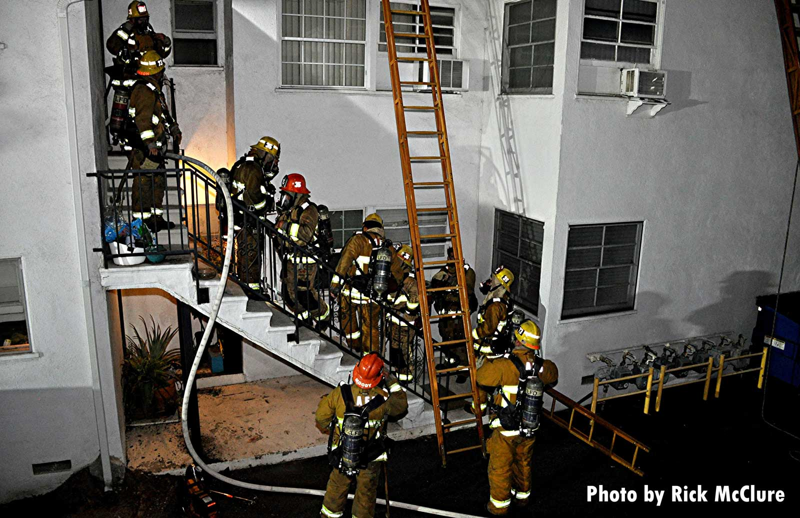 Laddered building and LAFD firefighters