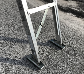 The base of the folding ladder is normally placed in the flat position. Its rubber shoes allow it to grip onto smooth and flat surfaces.